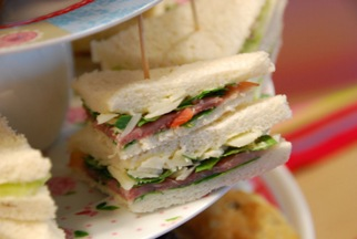 Sandwiches met komkommer en gerookte zalm